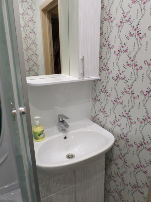 Отделка ванной комнаты обоями