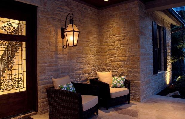 Фото настенного фонаря при входе в дом