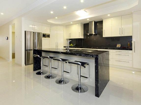 Белая кухня с барной стойокой