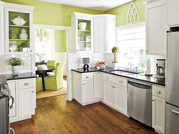 Белая кухня с темной столешницей и коричневым полом