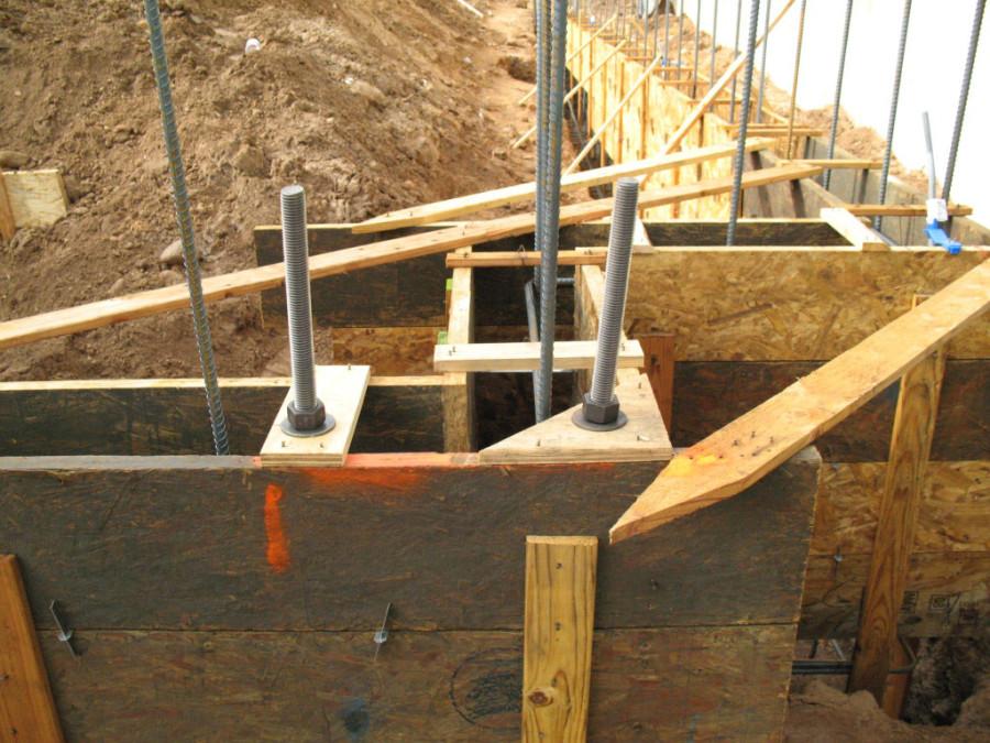 Установка анкерных болтов перед заливкой фундамента