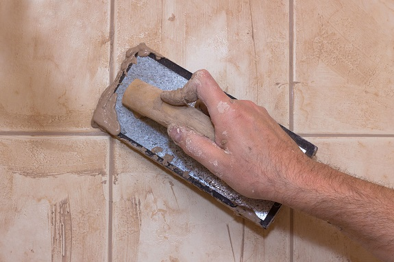 Нанесение затирки для швов на цементной основе на стену