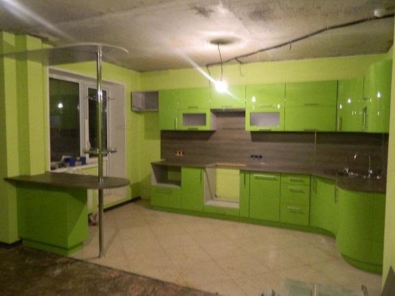 Цветная кухня с темной столешницей