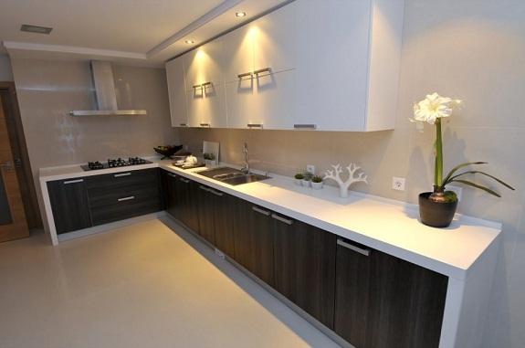 Двухцветная кухня со светлой столешницей