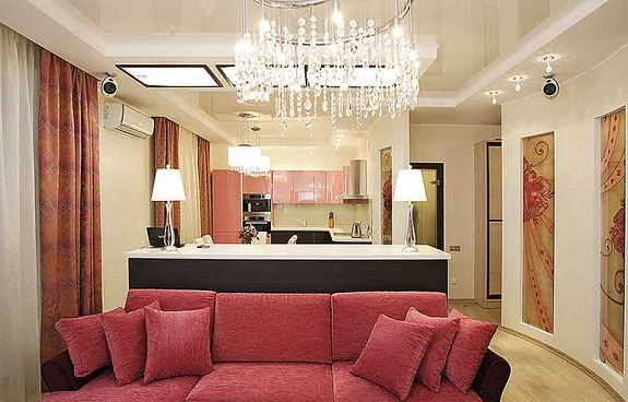 Хрустальная люстра в современной гостиной