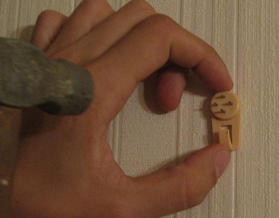 Как повесить картину на крючок паучок