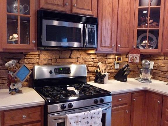Натуральный камень также используется для оформления кухонного фартука