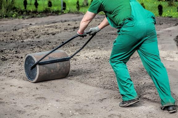 Подготовка грунта для газона