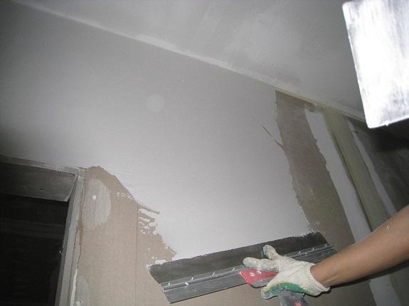 Завершающий этап оштукатуривания стен