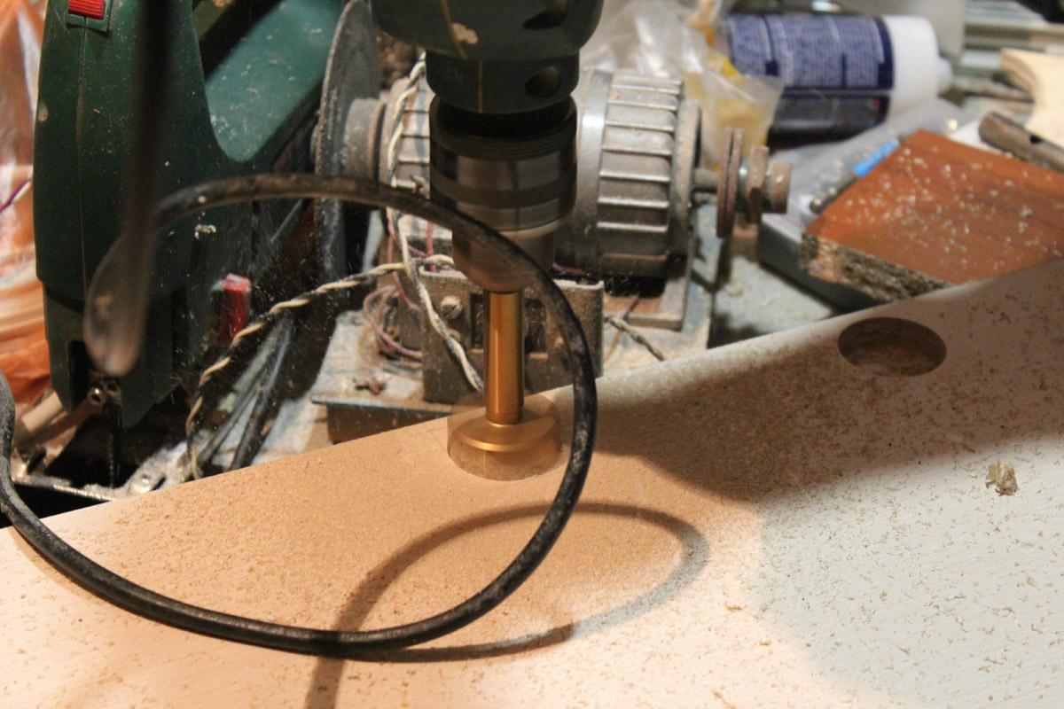 Как сделать отверстие под петли на дсп 525