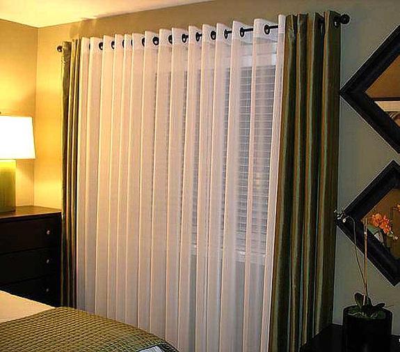 Шторы на люверсах в интерьере спальни