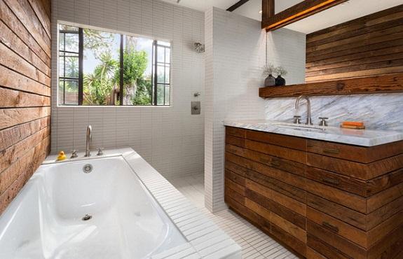 Отделка стен ванной комнаты деревом